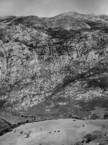 In summer the weather is very pleasant ... I can not imagine how difficult it is to live on these farms during the cold winter. (En verano el clima es muy agradable... no me puedo imaginar lo difícil que es vivir en estas granjas durante el frío invierno).