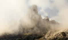An elusive, always hidden behind a veil of fog, sometimes allowed to be portrayed. (Esquivo, simpre oculto tras un velo de niebla, en ocasiones se deja retratar).