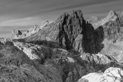 """En busca de los picos legendarios del parque nacional Picos de Europa me he encontrado con """"Los Horcados Rojos"""". Con sus 2344 metros, la torre de los Horcados Rojos es una de las más emblemáticas del macizo central de los Picos de Europa. Gracias al teleférico de Fuente Dé son muchos los turistas que pueden disfrutar de una travesía más bien cómoda desde la estación superior y disfrutar de esta gran mole."""